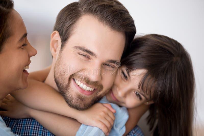 Padre sveglio dell'abbraccio della figlia del bambino in et? prescolare che mostra amore immagine stock libera da diritti