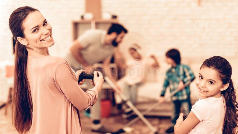 Padre sveglio felice Cleaning Room con i bambini fotografia stock libera da diritti