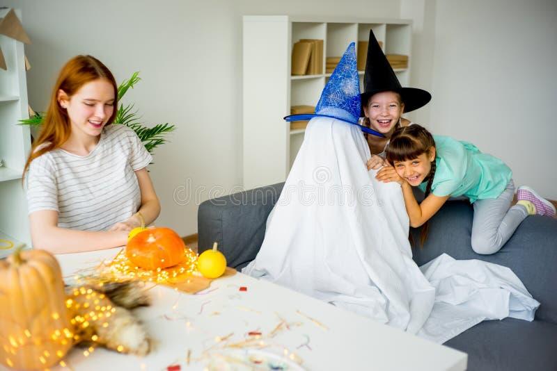 Padre in un costume del fantasma immagini stock