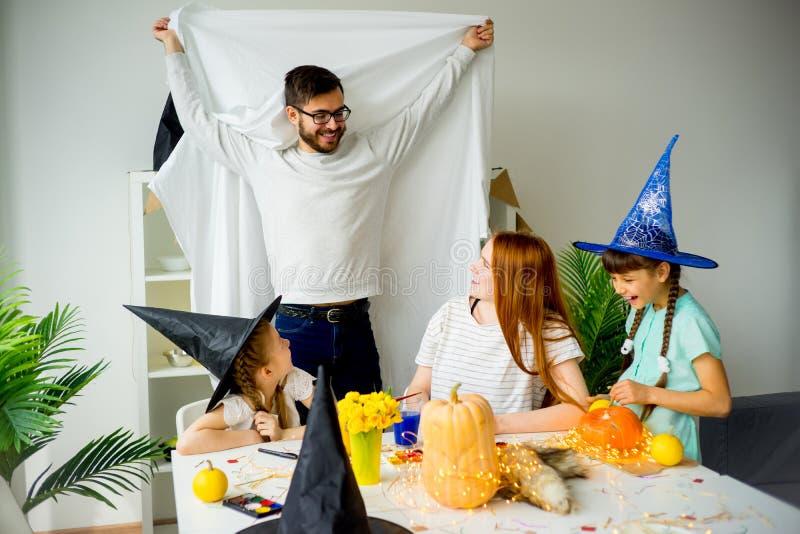 Padre in un costume del fantasma fotografie stock