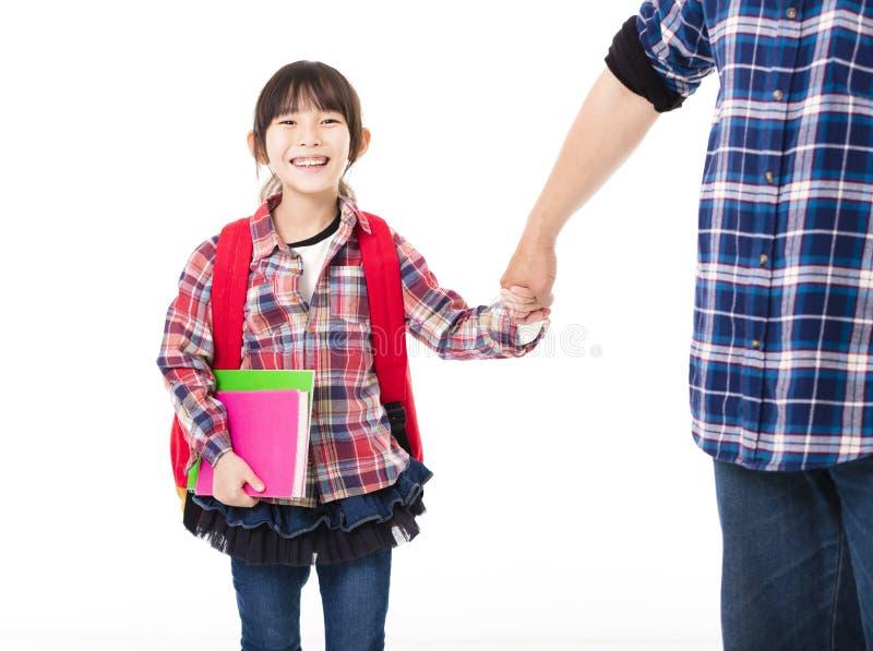 Padre Walking To School con la bambina immagini stock libere da diritti