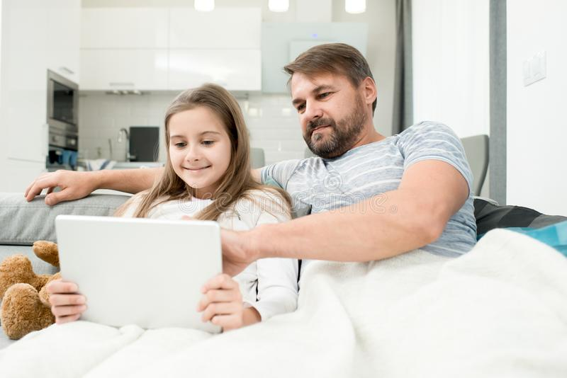 Padre Watching Videos con la figlia fotografie stock