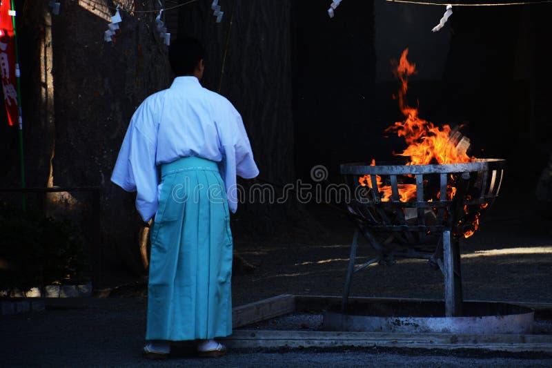 Padre xintoísmo e fogueira fotografia de stock royalty free