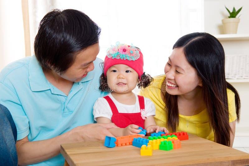 Padre y bebé asiáticos fotografía de archivo