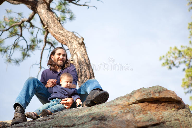 Padre y bebé en naturaleza fotografía de archivo libre de regalías