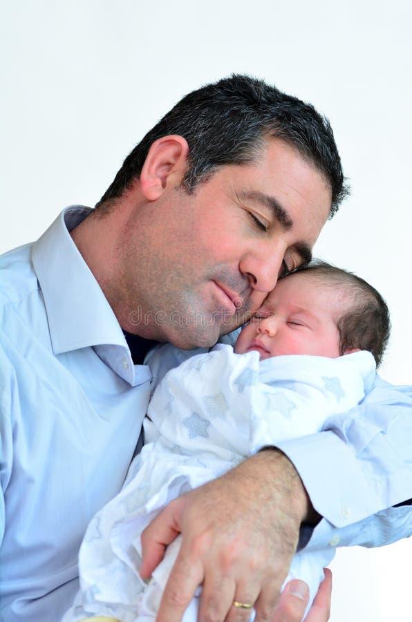 Padre y bebé recién nacido que se besan y que abrazan imagenes de archivo