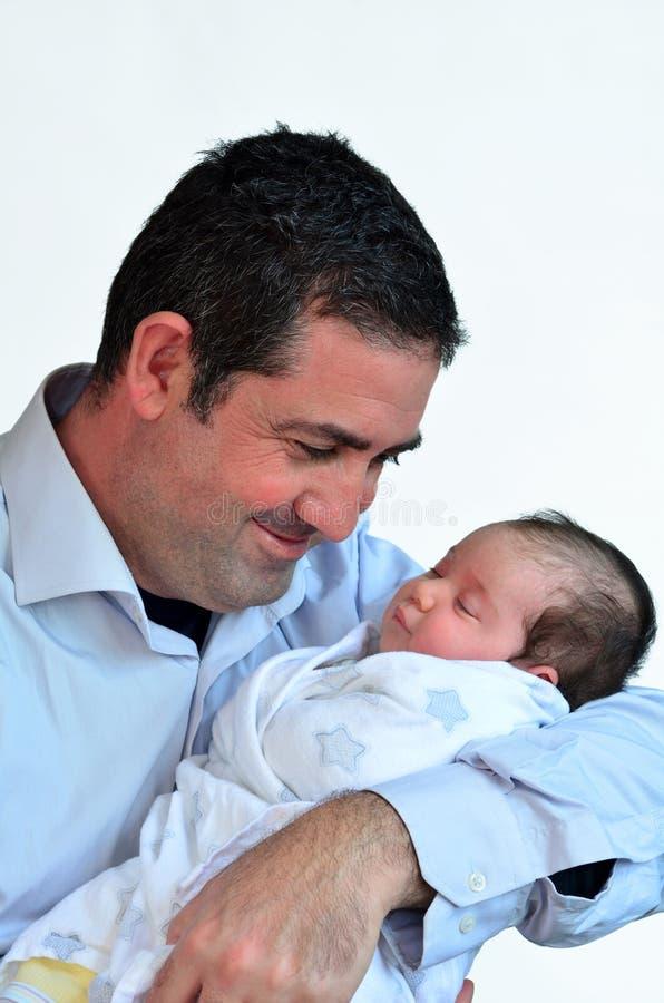 Padre y bebé recién nacido que se besan y que abrazan fotos de archivo