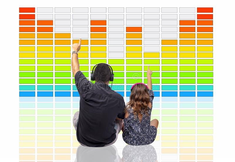 Padre y hija que escuchan la música de Digitaces con los brazos en Front Of un equalizador grande de los gráficos fotos de archivo libres de regalías