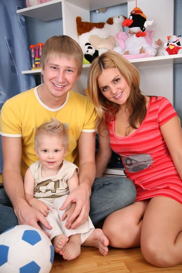 Padre y madre con el hijo imagen de archivo libre de regalías