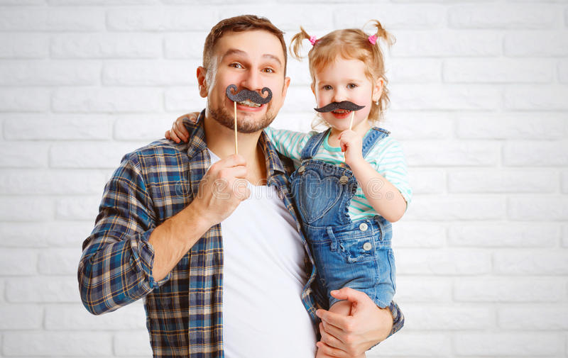 Padre y niño divertidos de la familia con un bigote imágenes de archivo libres de regalías
