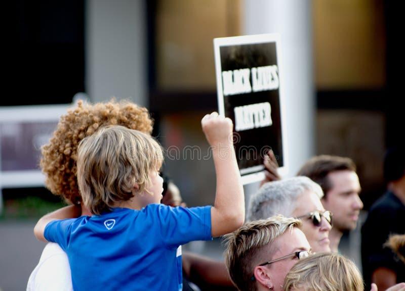 Padre y niño en la reunión de la protesta fotos de archivo libres de regalías