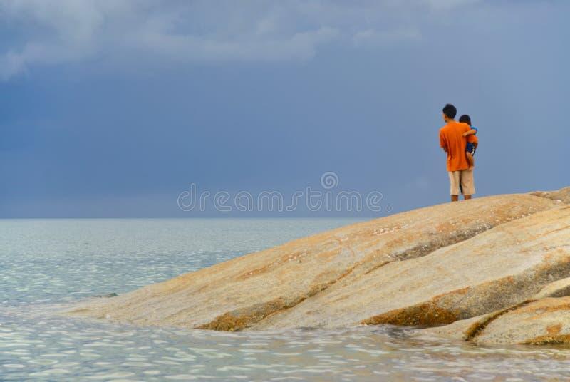 Padre y niño por el mar fotos de archivo