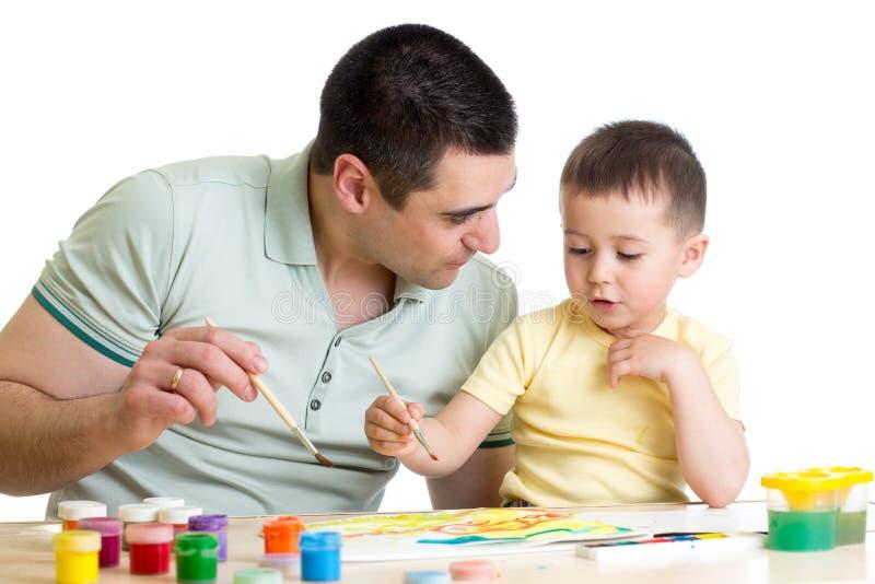Padre y niño que juegan con colores de la pintura imágenes de archivo libres de regalías