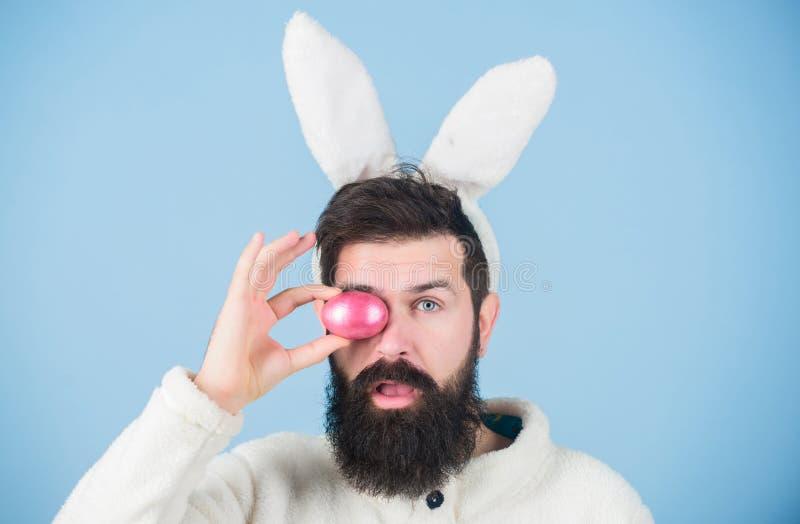 Padre y niño que juegan junto Conejito divertido con el huevo del rosa del control de la barba y del bigote Hombre barbudo llevar foto de archivo libre de regalías
