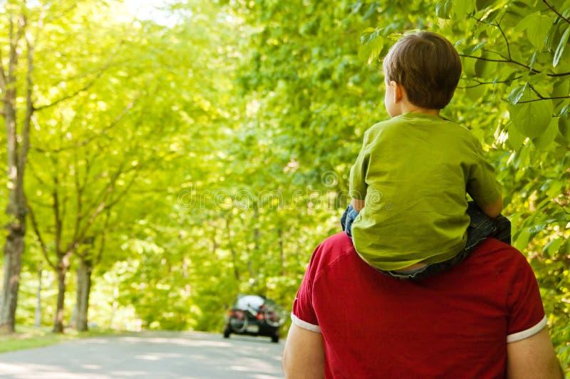 Padre y niño que recorren en el parque foto de archivo