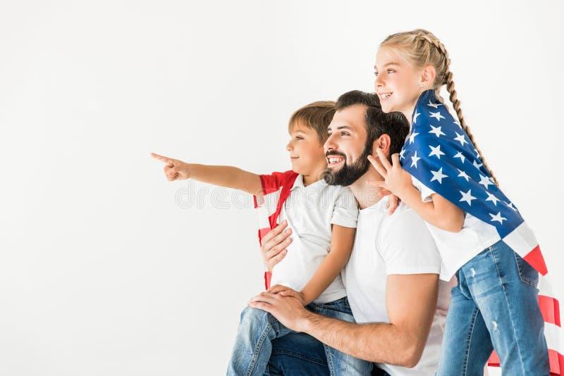 Padre y niños con la bandera americana imagen de archivo