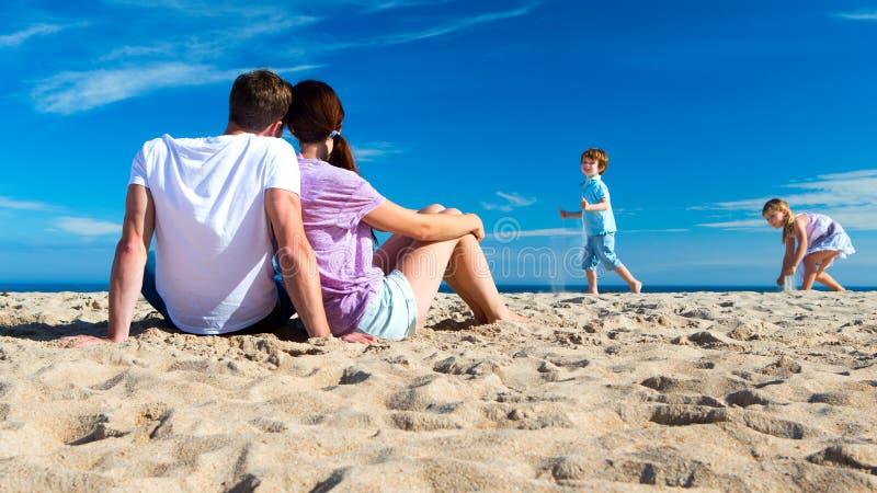 Padre y niños en la playa fotos de archivo libres de regalías