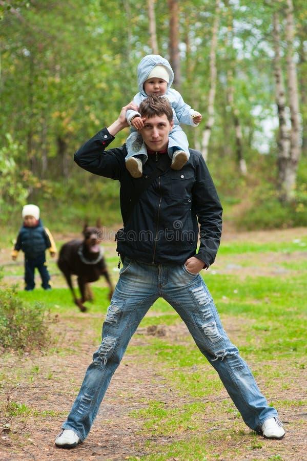 Padre y niños jovenes foto de archivo