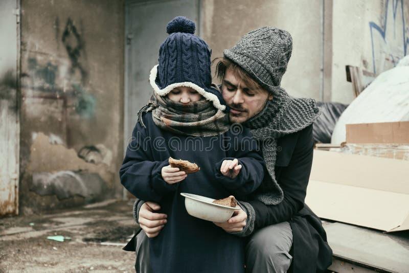 Padre y ni?o pobres con pan foto de archivo libre de regalías