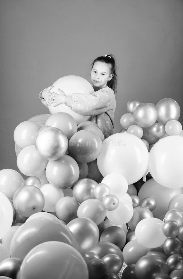 Padre y ni?o que juegan junto Partido del tema de los globos Juego de la muchacha con los balones de aire Fiesta de cumplea?os El fotografía de archivo libre de regalías
