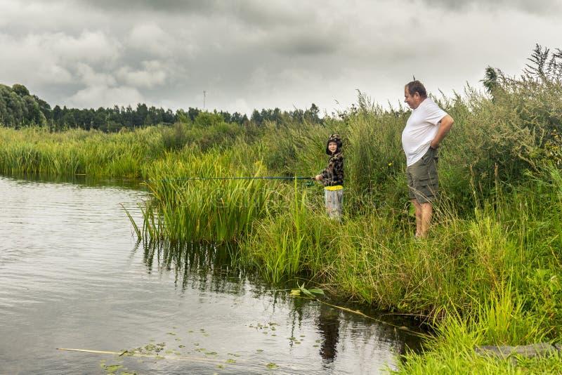 Padre y pequeña pesca del hijo fotografía de archivo libre de regalías