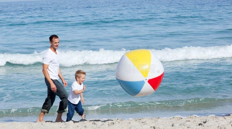 Padre y su hijo que se divierten imagen de archivo
