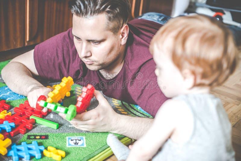 padre y su niño que juegan el constructor del juego fotografía de archivo libre de regalías