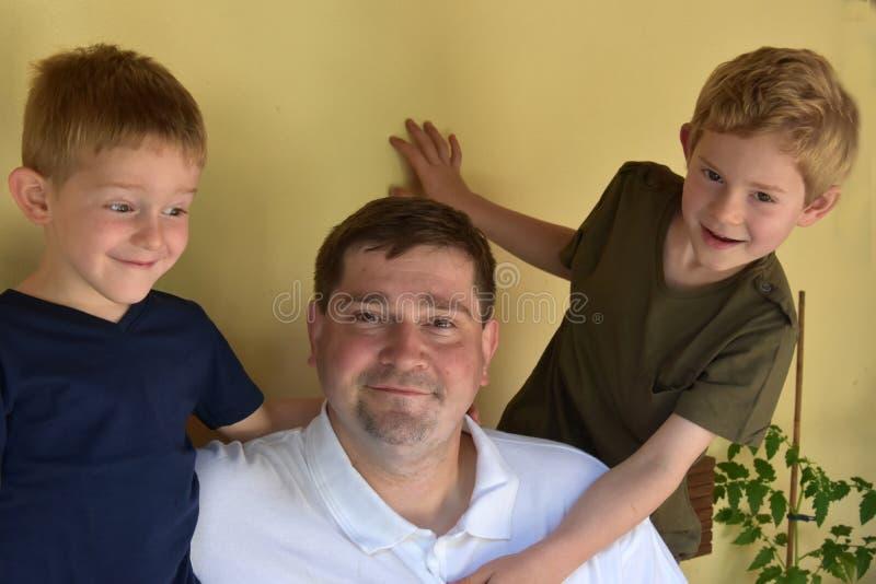 Padre y sus muchachos fotos de archivo