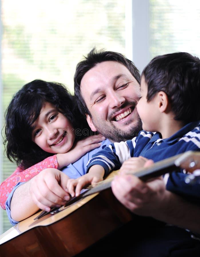 Padre y sus niños que tienen buen tiempo imagenes de archivo