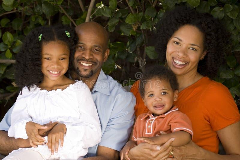 Padres afroamericanos cariñosos y sus niños fotos de archivo