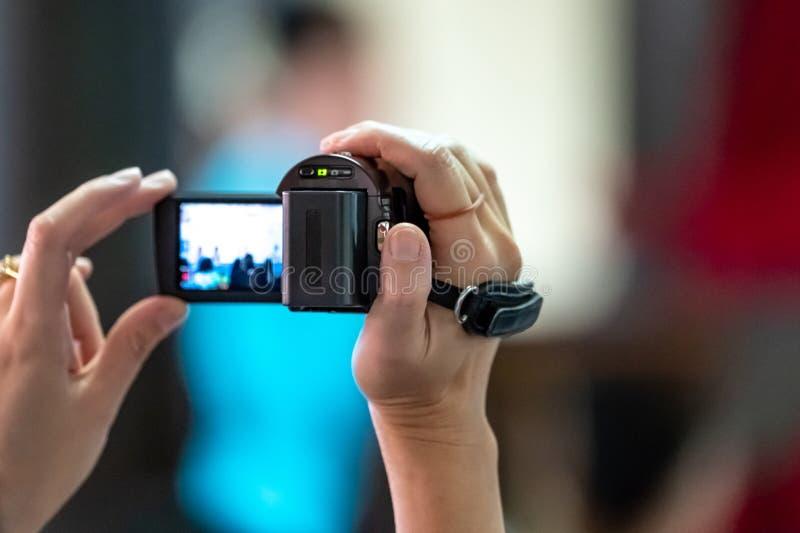 Padres asiáticos que registran el tiroteo en su acontecimiento de la escuela de los niños, Bangkok, Tailandia del vdo y de foto fotos de archivo