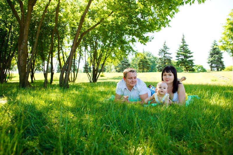 Padres con el bebé en parque imágenes de archivo libres de regalías