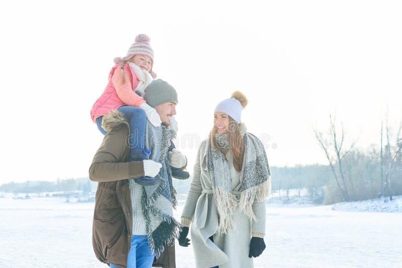 Padres con el niño como familia en invierno foto de archivo libre de regalías