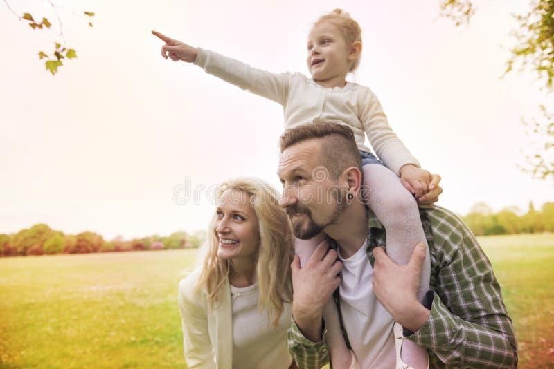 Padres con la hija foto de archivo