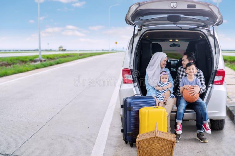 Padres con los niños listos para un viaje por carretera imágenes de archivo libres de regalías