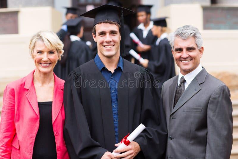 Padres del graduado de universidad imagen de archivo