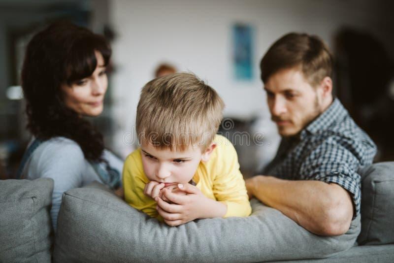 Padres desamparados y su hijo gravemente de comportamiento en casa fotografía de archivo libre de regalías