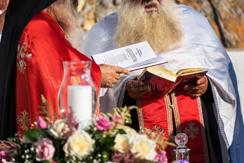 Padres durante a cerimônia de casamento na baía do St Paulno Rodes, GR fotos de stock