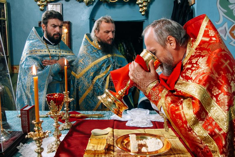 Padres durante a liturgia ortodoxo foto de stock royalty free