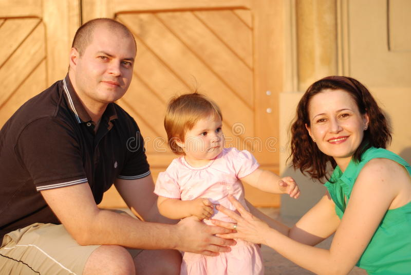 Padres e hija felices foto de archivo