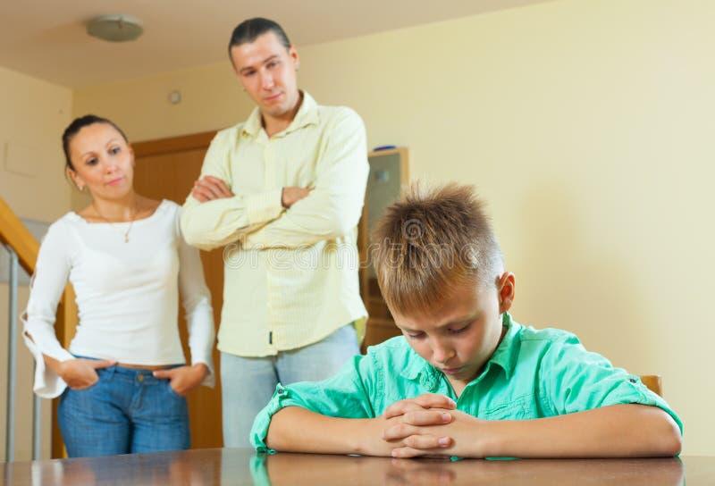 Padres e hijo del adolescente que tiene conflicto imagen de archivo libre de regalías