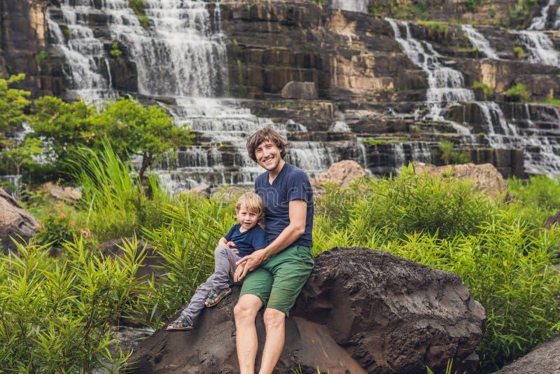 Padres e hijos excursionistas, turistas en el fondo de la Amazing cascada Pongour es famoso y más hermoso de caer en imagen de archivo libre de regalías