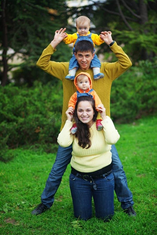 Padres felices con los gemelos foto de archivo libre de regalías