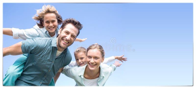 Padres felices con sus niños imagenes de archivo