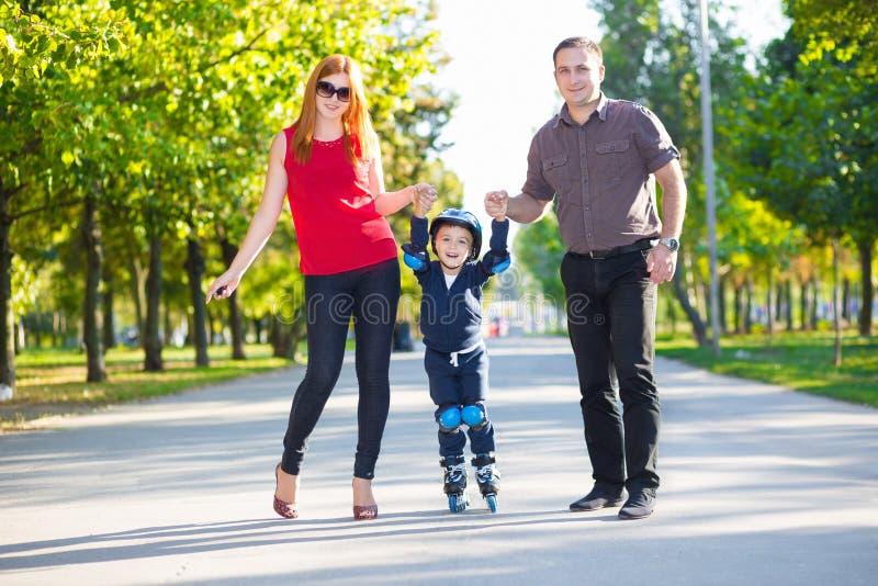 Padres felices que detienen a su hijo foto de archivo libre de regalías