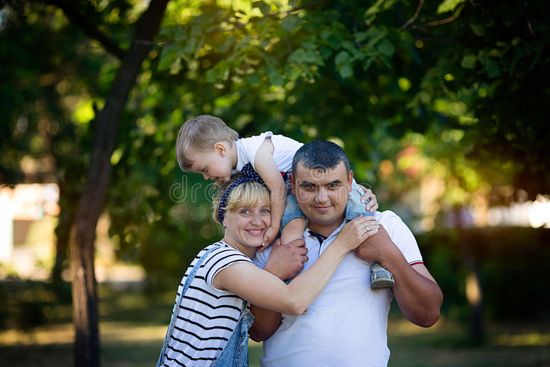 Padres felices que detienen a su hijo fotografía de archivo libre de regalías