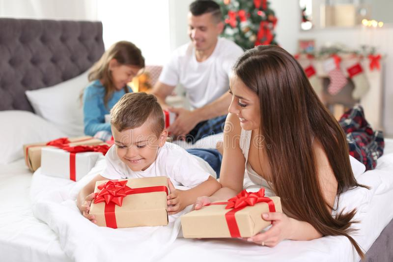 Padres felices y niños que intercambian los regalos imagen de archivo libre de regalías