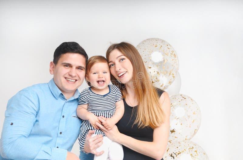 Padres felices y su pequeña hija imagen de archivo