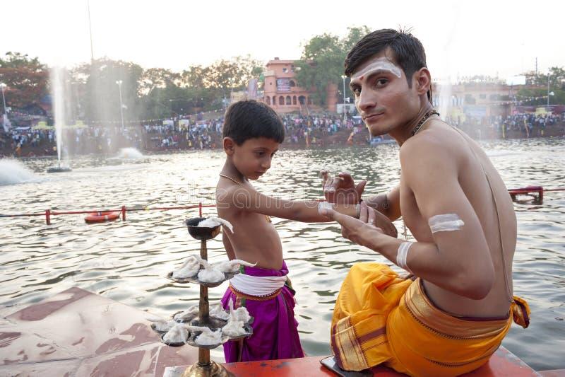 Padres hindu em Kumbh Mela fotografia de stock royalty free