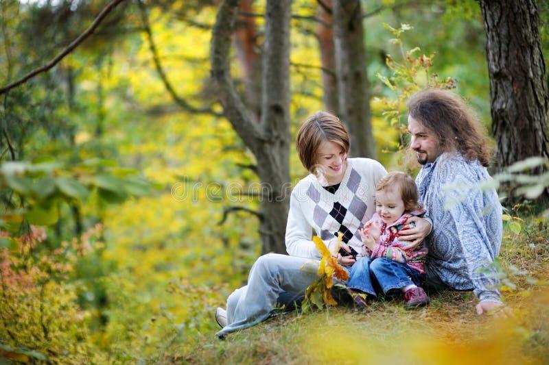Padres jovenes y su muchacha del niño que se divierten fotografía de archivo libre de regalías